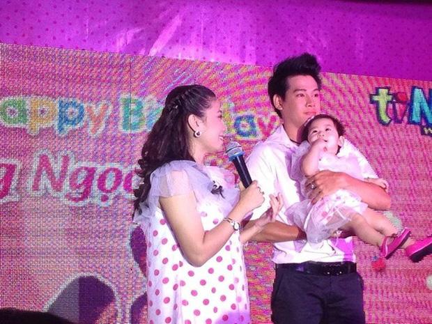 Hình ảnh Phùng Ngọc Huy và Mai Phương trong tiệc thôi nôi con gái khi bé tròn 1 tuổi.