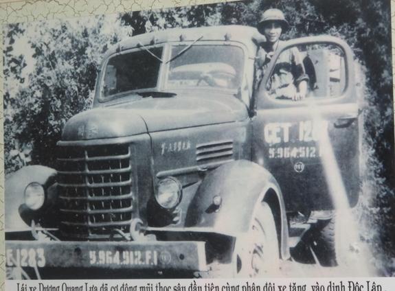 Lái xe Dương Quang Lựa cùng chiếc xe vận tải đầu tiên cùng phân đội xe tăng vào Dinh Dộc Lập. Ảnh: NVCC