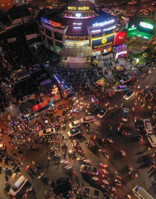 Bức ảnh được chụp phía trên đài phun nước trước cổng chợ Đà Lạt, quay bao quát 360 độ xung quanh