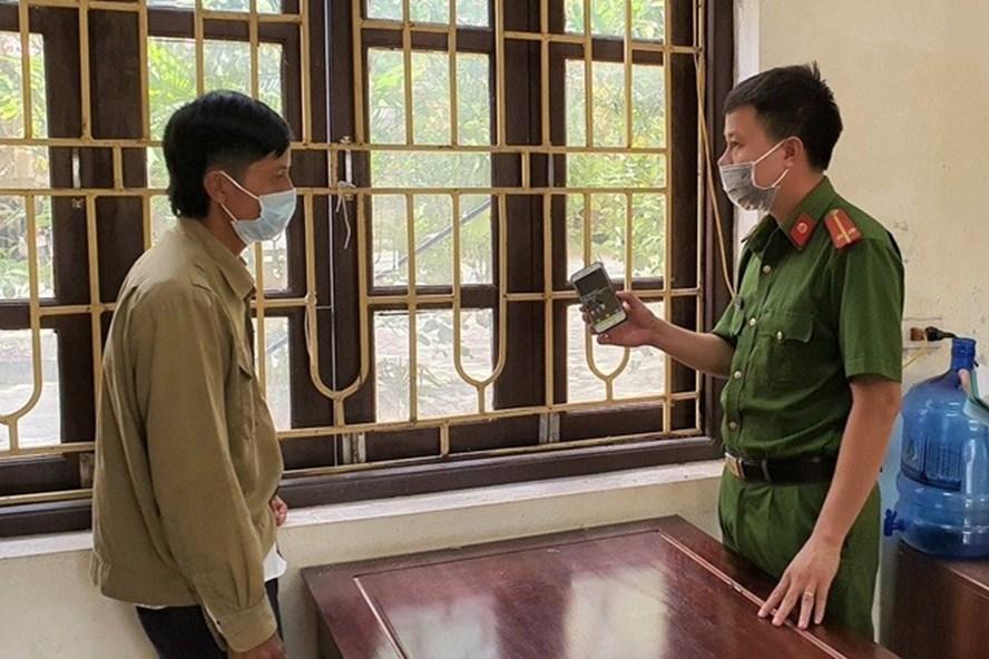 Đối tượng Thơ cùng tang vật công an thu giữ được là chiếc điện thoại mà Thơ đã cướp đem bán lấy tiền mua ma túy sử dụng. Ảnh: NT