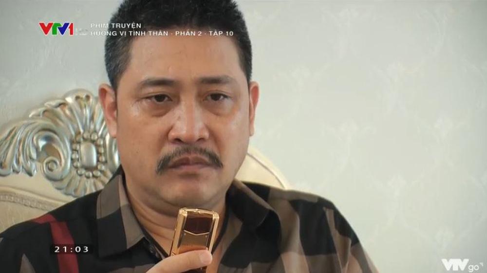 Không chỉ đầu tư quần áo hàng hiệu, nghệ sĩ Hồ Phong còn sắm cả một chiếc điện thoại Vertu để phù hợp với vai diễn