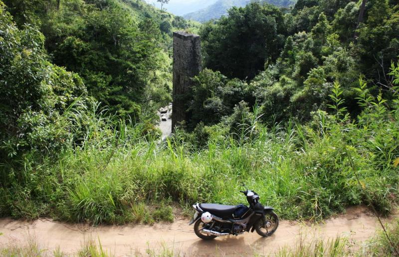 Mố cầu đường sắt cao khoảng 30 m đứng sừng sững giữa khe núi sau vài thập kỷ bị phá bỏ. Sau khi qua cây cầu Eo Gió, đường tàu lửa sẽ băng qua rừng, đổ đèo Ngoạn Mục để xuống Ninh Thuận.
