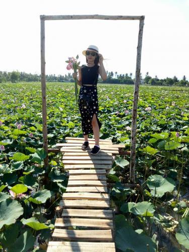 Check-in trên những cây cầu chòng chành giữa đầm sen cũng sẽ là một trải nghiệm vô cùng thú vị. (Nguồn: @Mi Nhoon)
