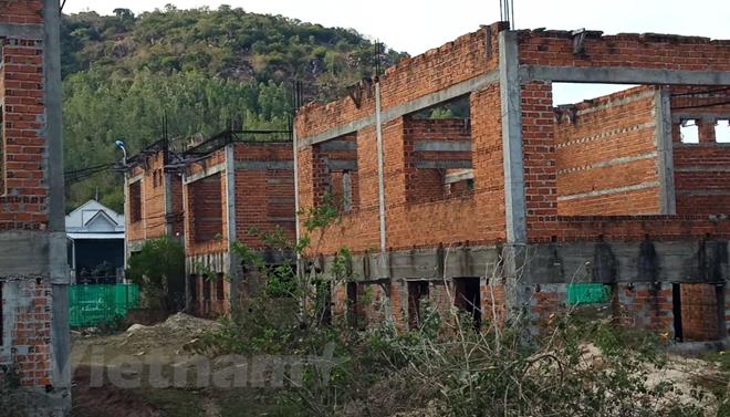 Một số căn nhà điều hành được xây dựng dở dang và bỏ hoang nhiều năm qua. (Ảnh: Hùng Võ/Vietnam+)