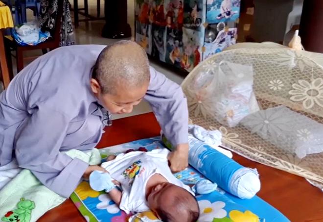 Bé trai bị bỏ rơi đang được các ni sư chùa Bửu Lâm chăm sóc, nuôi dưỡng