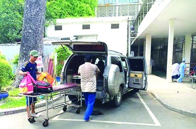 xe cứu thương biển trắng đang chuyển bệnh nhân tại Bệnh viện Chợ Rẫy.