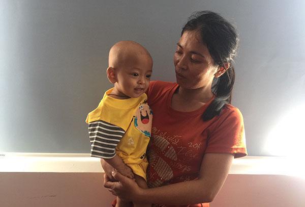 Bé Thập Minh Phi bị bệnh u thận từ khi lọt lòng mẹ.