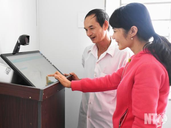 Người dân tra cứu thông tin tại bộ phận một cửa điện tử của huyện Thuận Nam.