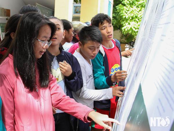 Học sinh xem kết quả trúng tuyển vào lớp 10. Ảnh SN.
