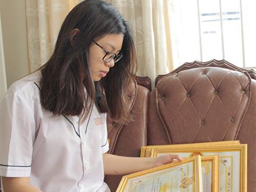 Quỳnh Trang xem lại thành tích của 12 năm học qua để lấy thêm động lực cho chặng đường sắp tới.