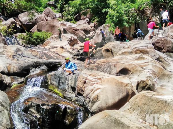 Nhiều du khách tham quan, nghỉ mát tại Khu du lịch Suối Tiên.