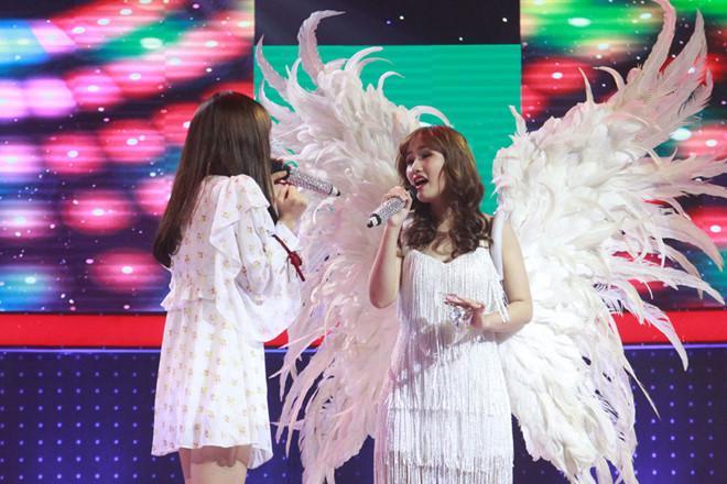 Han Sara cùng Như Thùy thể hiện Vì yêu là nhớ ngọt ngào.