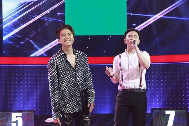 Karik cười trừ khi thí sinh thể hiện giọng hát thảm họa.