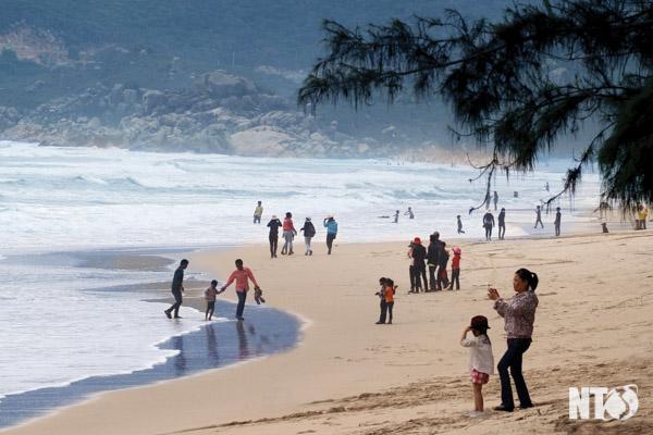 Bãi tắm thiên nhiên thu hút du khách khám phá vẻ đẹp hoang sơ của Bình Tiên.