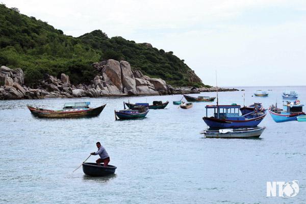Ngư dân Bình Tiên đánh bắt hải sản mang lại cho du khách những món đặc sản miền biển tươi ngon.
