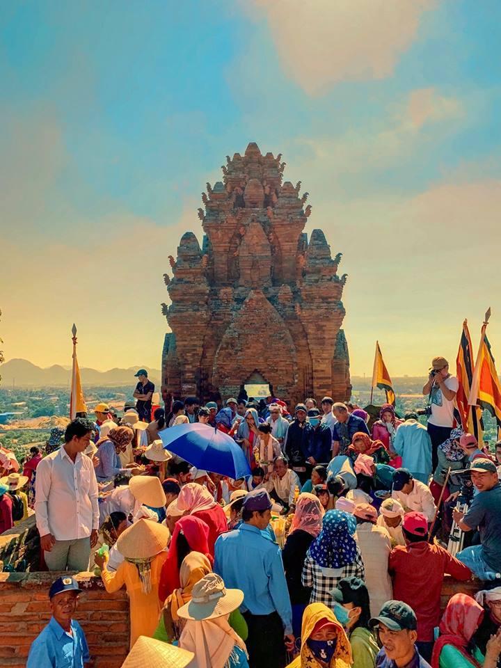 Tháp Po Klong Garai dập dìu người Chăm và cả người Kinh trong ngày hội