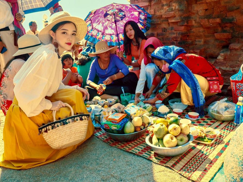 Hải Anh đã có cơ hội tìm hiểu về những mâm lễ cúng và giúp đồng bào Chăm sắp xếp hoa quả vật phẩm như những cô gái Chăm thực thụ