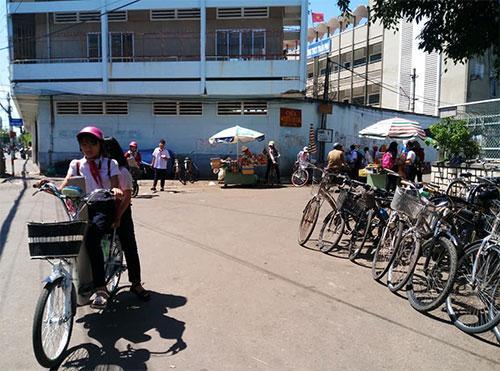 Tổ dân phố giữ xe hai bên góc đường Trần Phú – Đội Cung