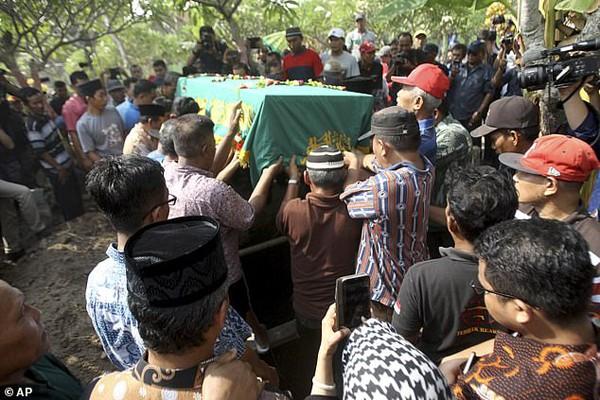 Đám tang cô gái trẻ 24 tuổi khiến nhiều người đau xót.