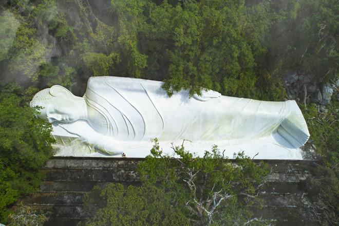 """Tượng Phật Thích ca nhập niết bàn an nhiên, thoát tục xác lập kỷ lục """"Tượng Phật nằm trên đỉnh núi dài nhất châu Á"""" năm 2013."""
