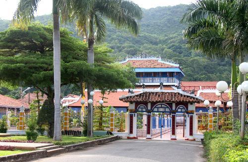 Nhà Lớn Long Sơn được ông Trần bắt tay xây dựng từ năm 1910, là quần thể kiến trúc thờ Trời, Phật, Tiên, Thánh được làm bằng các loại gỗ quý. Nơi đây vẫn còn nguyên vẹn và được công nhận di tích lịch sử, văn hóa quốc gia năm 1991. Ảnh: Nguyễn Khoa.