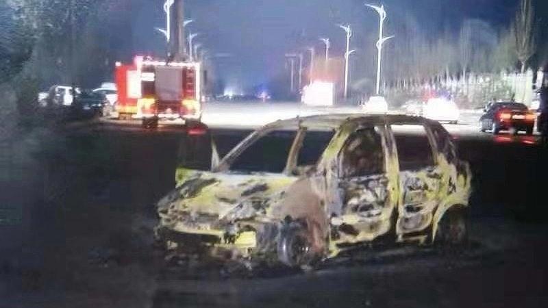 Một chiếc xe hơi bị phá hủy trong trận hỏa hoạn. Ảnh: CGTN