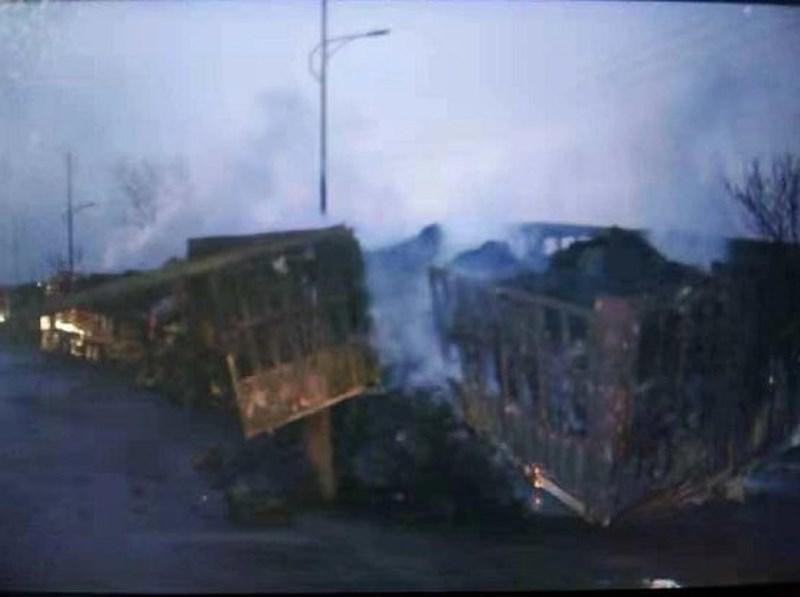 Nhiều xe bị thiêu rụi trơ khung trong đám cháy. Ảnh: CGTN