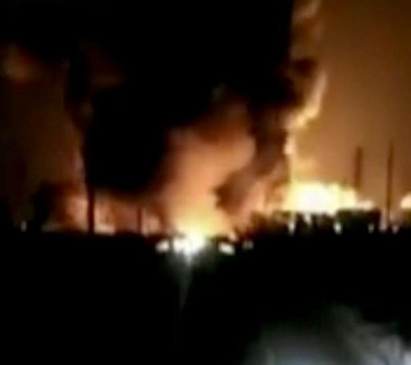 Đám cháy bùng phát dữ dội tại nhà máy hóa chất Trung Quốc. Ảnh: Express