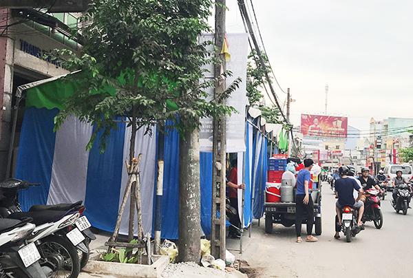 Một đám cưới trên đường Phạm Văn Thuận, đoạn thuộc phường Tân Mai, TP.Biên Hòa dựng rạp chiếm hết phần vỉa hè. Ảnh: Gia An