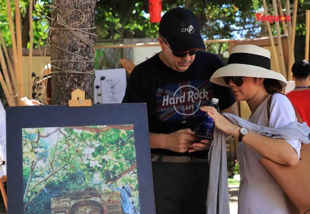 Nhiều du khách khi tới tham quan Khu Di tích Danh thắng Ngũ Hành Sơn cũng tham gia và tìm hiểu về lễ hội...