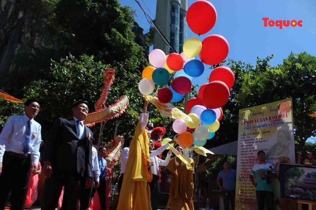 Nghi thức thả bóng bay cầu hòa bình, quốc thái dân an tại lễ hội.