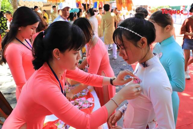 Cài bông hồng lên áo cho người dân và du khách tham gia lễ hội...