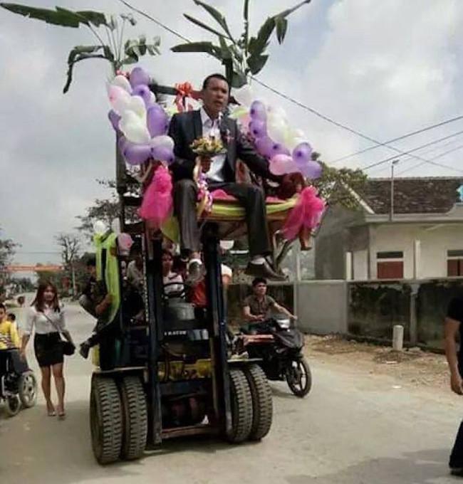 Xe nâng trong một lễ rước dâu.