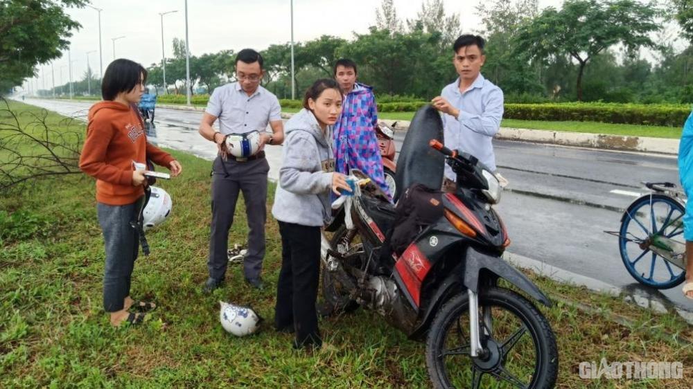 Vụ TNGT giữa xe máy và xe ô tô 4 chỗ ngồi khiến 2 người đi xe máy bị thương ngay vị trí mặt đường có nhiều lằn sống trâu.