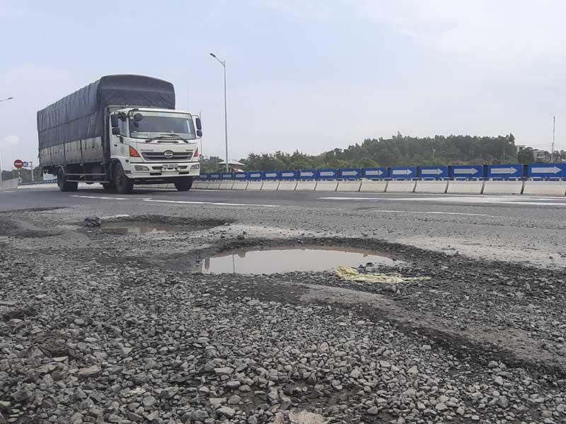 Ổ gà tại khu vực nút giao đường cao tốc Đà Nẵng - Quảng Ngãi với quốc lộ 14B hồi tháng 9. Ảnh: TẤN VIỆT