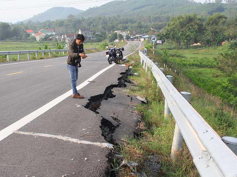 Vệt nứt dài gần 40 m tại đường dẫn cầu vượt cao tốc Đà Nẵng - Quảng Ngãi. Ảnh: TẤN VIỆT