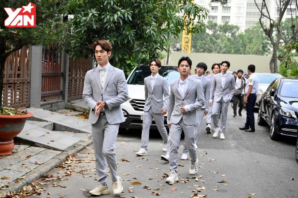 Song Luân cùng nhóm học trò Uni5.