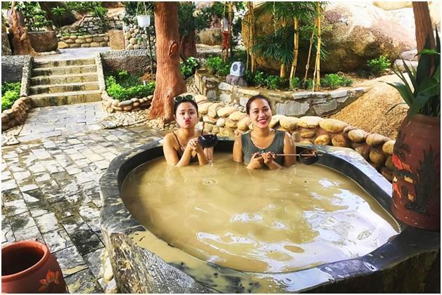 Bùn khoáng tại khu du lịch Núi Thần Tài chứa nhiều vi lượng khoáng và có tính s.át khuẩn cao
