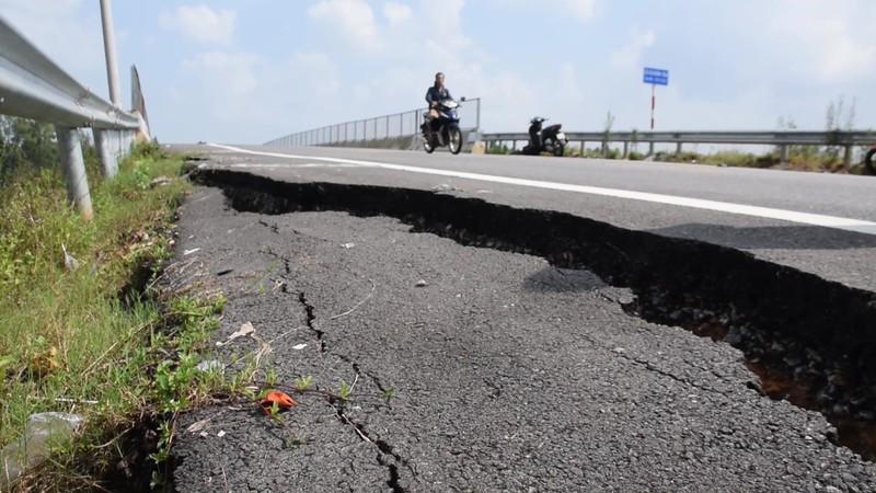 Mới đây đường dẫn cầu Bà Ngôn vượt trên cao tốc Đà Nẵng - Quảng Ngãi tại địa phận xã Tam Đại, huyện Phú Ninh, tỉnh Quảng Nam bị nứt toác.