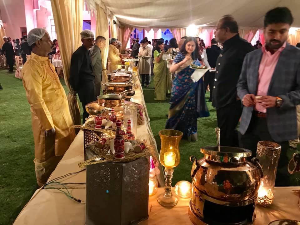 Một khu vực phục vụ món ăn Ấn Độ.