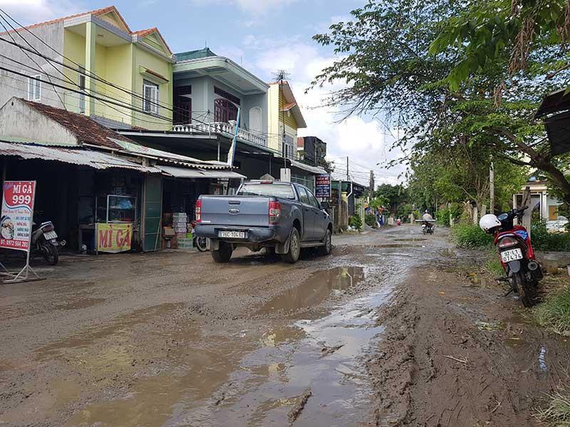 Sau khi thi công cao tốc Đà Nẵng - Quảng Ngãi, đường bị b.ăm nát nhưng vẫn chưa được sửa chữa. Ảnh: THANH NHẬT