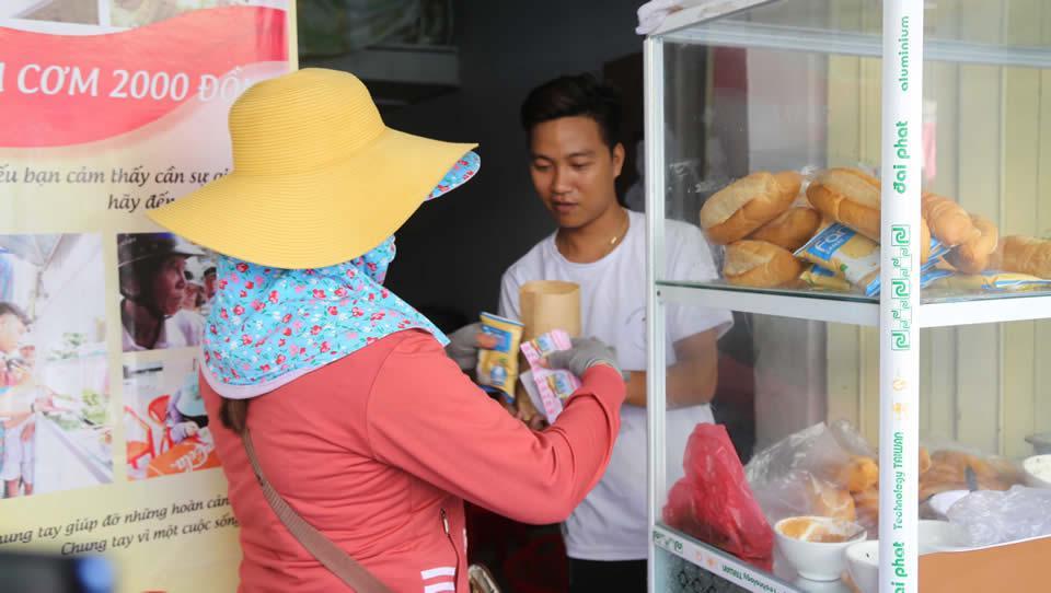 Những ổ bánh mỳ miễn phí kèm theo sữa được nhóm của Vĩnh gửi đến các lao động nghèo.