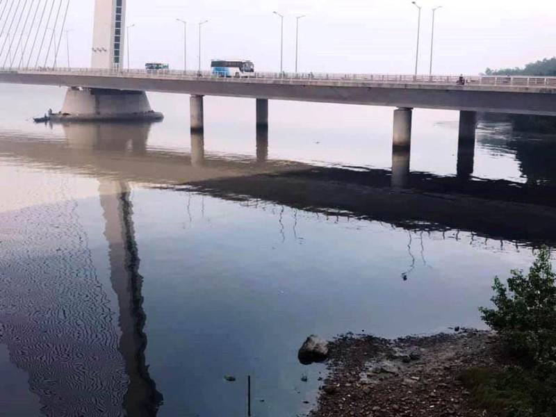 Nước thải đen ngòm tuồn ra sông Hàn, phân biệt hai màu rõ rệt với nước sông vào ngày 13-11.