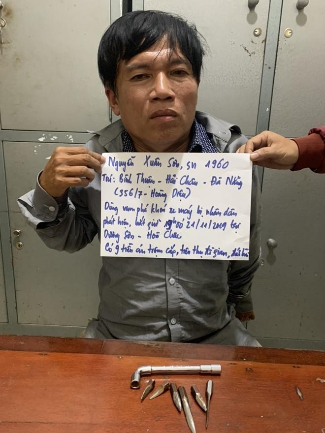 Đ.ối t.ượng Nguyễn Xuân Sơn và dụng cụ dùng để ph.á khóa xe máy