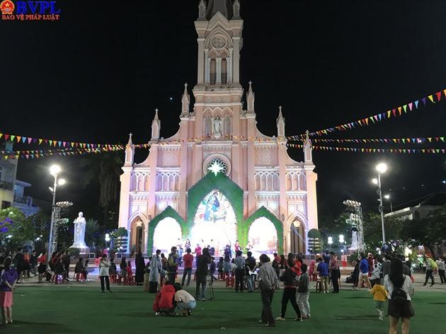 Nằm ở trung tâm thành phố Đà Nẵng ,Nhà thờ Chính tòa (Nhà thờ Con Gà) rực rỡ sắc màu thu hút nhiều người tới vui chơi Noel...