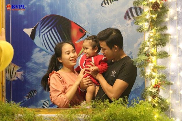 Một gia đình nhỏ lưu lại hình ảnh đẹp mùa Noel.