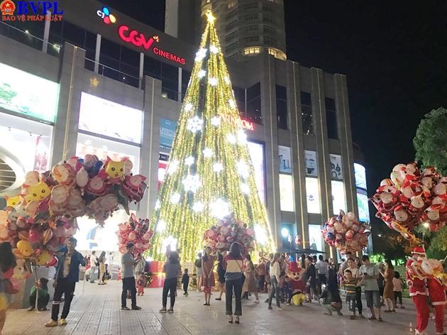 Cây thông cao hàng chục mét  được dựng lên trước trung tâm thương mại Vincom là điểm nhấn mùa giáng sinh năm nay tại đây.