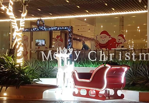 Nhiều khách sạn, cửa hàng đã ngập tràn không khí Noel trong khoảng một tuần trở lại đây...