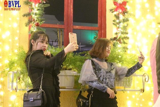 Cùng người thân gia đình, bạn bè xúng xính váy, áo dạo phố, các bạn trẻ không quên check in lưu lại những kỉ niệm trong mùa giáng sinh
