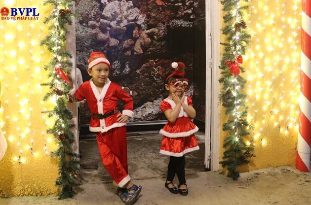 Nhiều em bé trong trang phục của ông già Noel được bố mẹ dẫn đi dạo phố, chụp hình lưu giữ kỉ niệm.